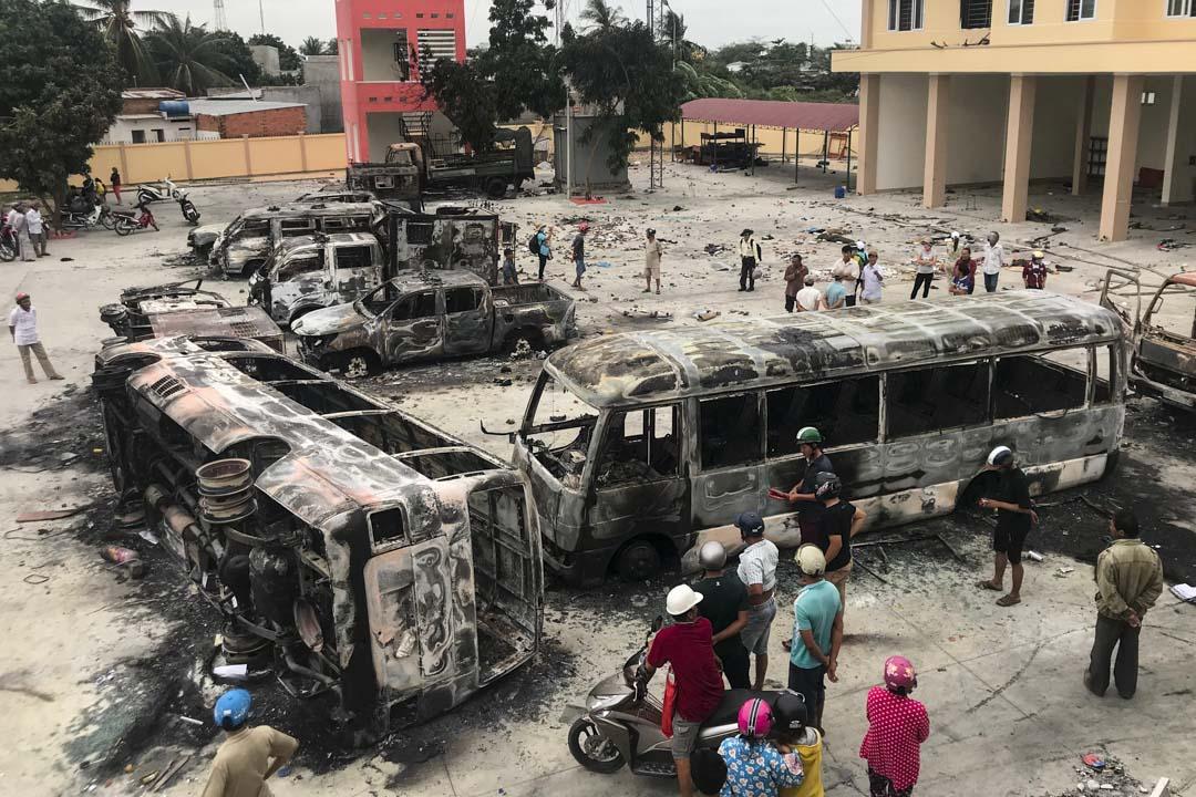 2018年6月12日,連續多天的反華示威,有民眾衝入當地警察局,燒燬汽車,大量警用物品,盾牌、衣物等散落地上。