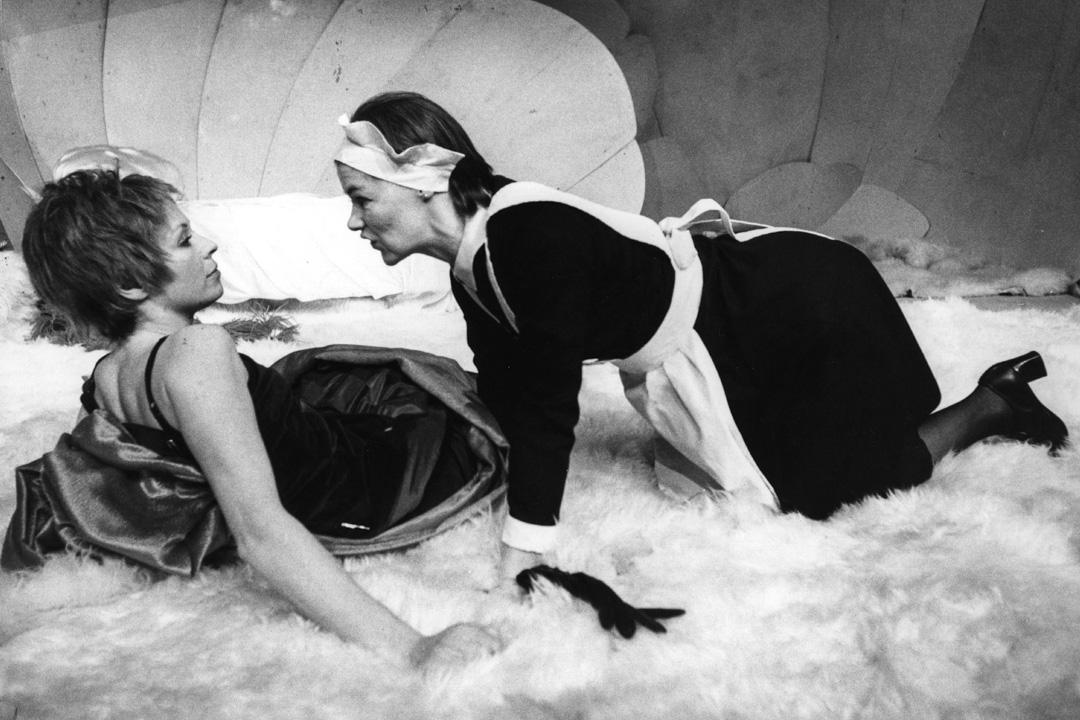 1974年,尚.惹內(Jean Genet)創作的戲劇《女僕》(Les Bonnes)在格林尼治劇院上演。