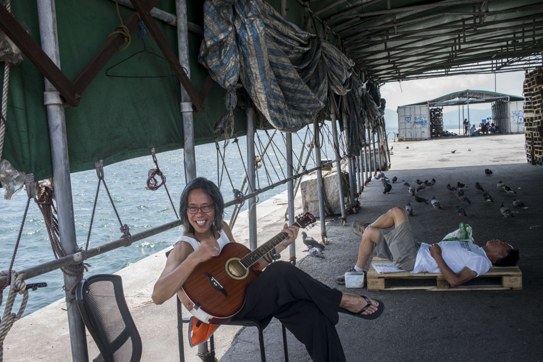 正午烈日當空下的西環碼頭,郭達年帶著最新音樂作品《抱靈賦》演唱。