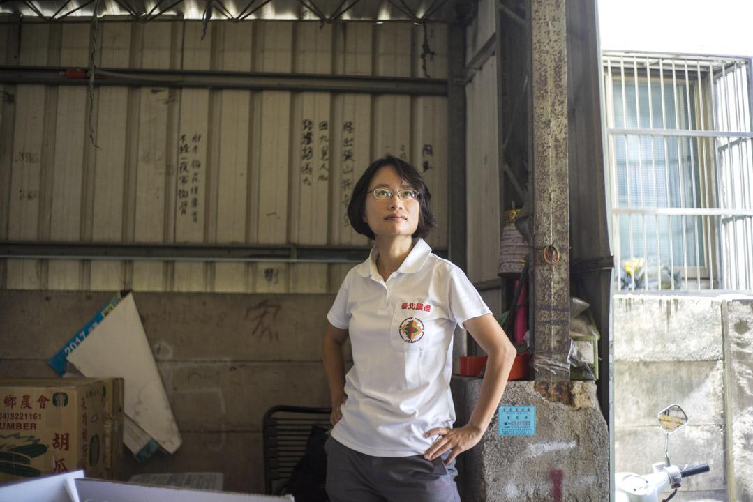 台北農產運銷公司經理吳音寧在蔬菜拍賣現場。