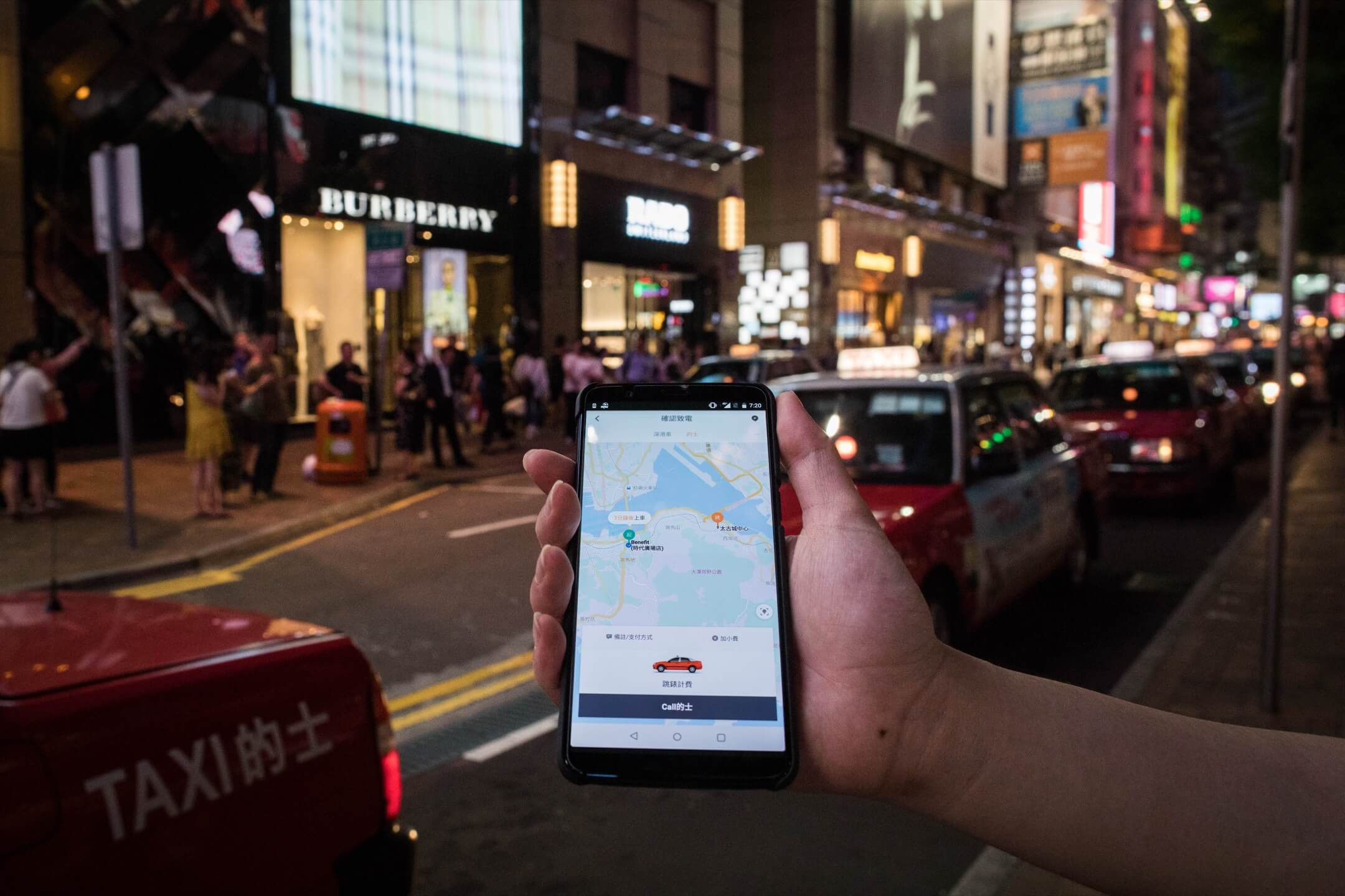 2018年2月,「滴滴出行」頗有陣勢的進軍香港,將3年前進入香港的「快的Taxi」升級為 DIDI HK。 攝:端傳媒攝影部/設計圖片