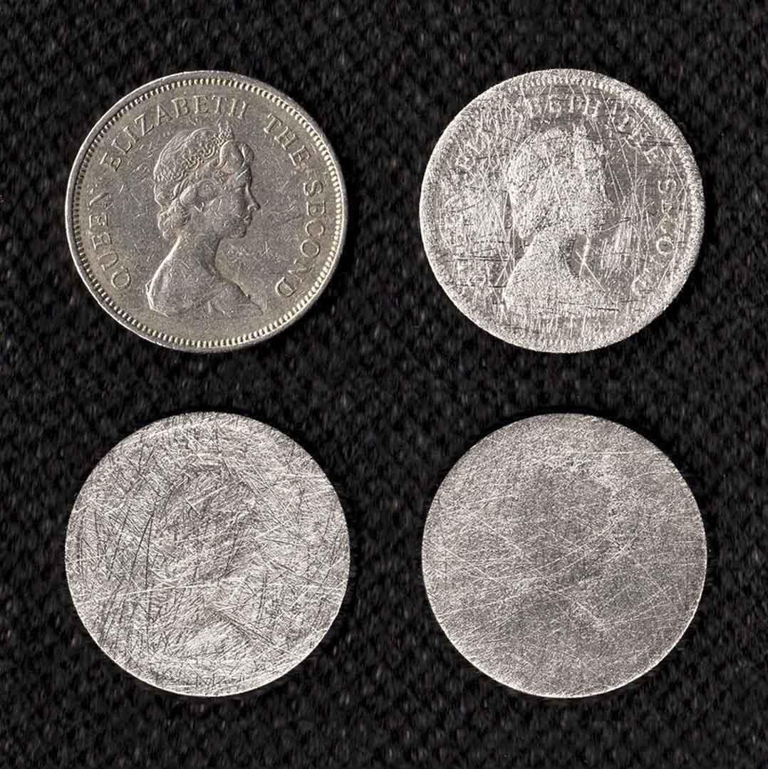 《討厭自己的歷史》 2006年發生在天星和皇後碼頭的保育運動,回歸後香港政府有意清除英殖時期遺留的歷史痕跡,反而激發香港人思索自己的身份問題。當時我把錢包內一個英女皇壹圓硬幣在地上狠狠地磨去,在報紙上刊登英女皇在香港錢幣的消失過程。