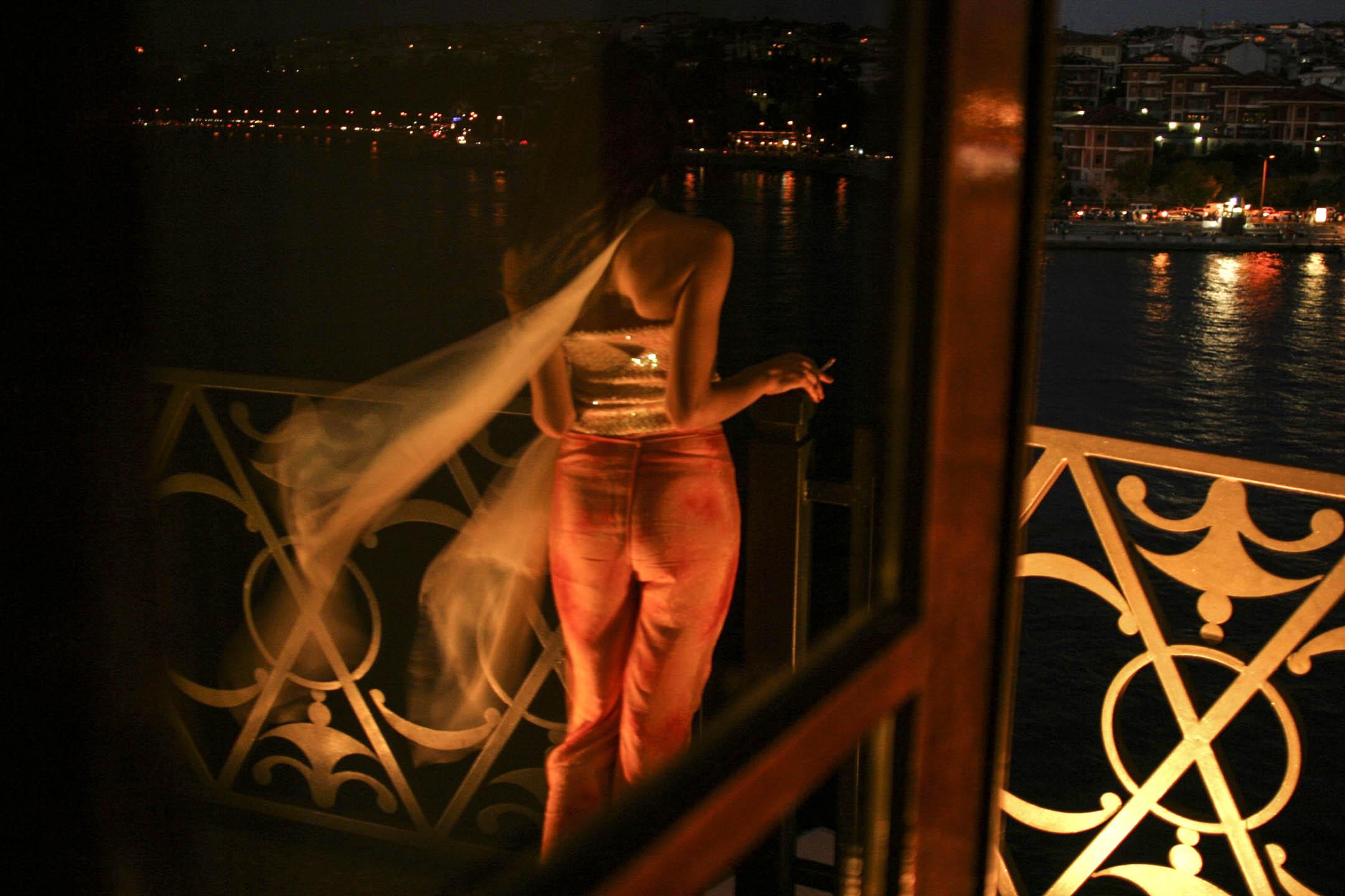 那些年,我們攬下七宗罪:貪婪、傲慢、忌妒、憤怒、怠惰、暴食與色慾,虐戀彼此並樂在其中。圖為一位女人出席在土耳其伊斯坦堡的一個婚禮上。 攝:Yoray Liberman/Getty Images