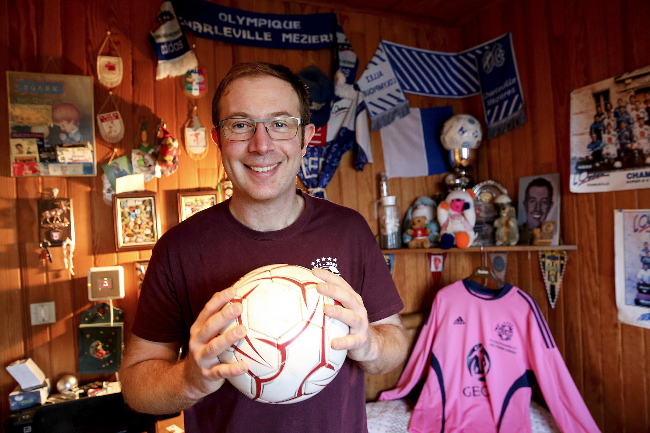 36歲的尤安·勒梅爾(Yoann Lemaire)是法國第一個出櫃的業餘球員,曾效力法國北部地區的一支省級業餘足球隊。2018年俄羅斯世界盃開幕時,勒梅爾把一部題為《同志亦愛足球,兩者不相矛盾》 的紀錄片帶到了公眾視野之中。意在打破綠蔭場上的同性戀禁忌。 攝:Francols Nascimbeni/AFP/Getty Images