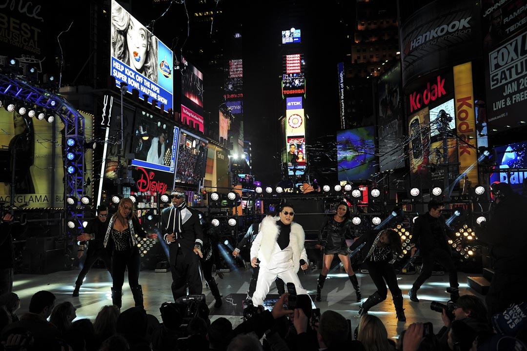 2012年12月31日,南韓歌手PSY在紐約時代廣場的新年前夜慶祝活動中與美國歌手MC Hamer一起表演。