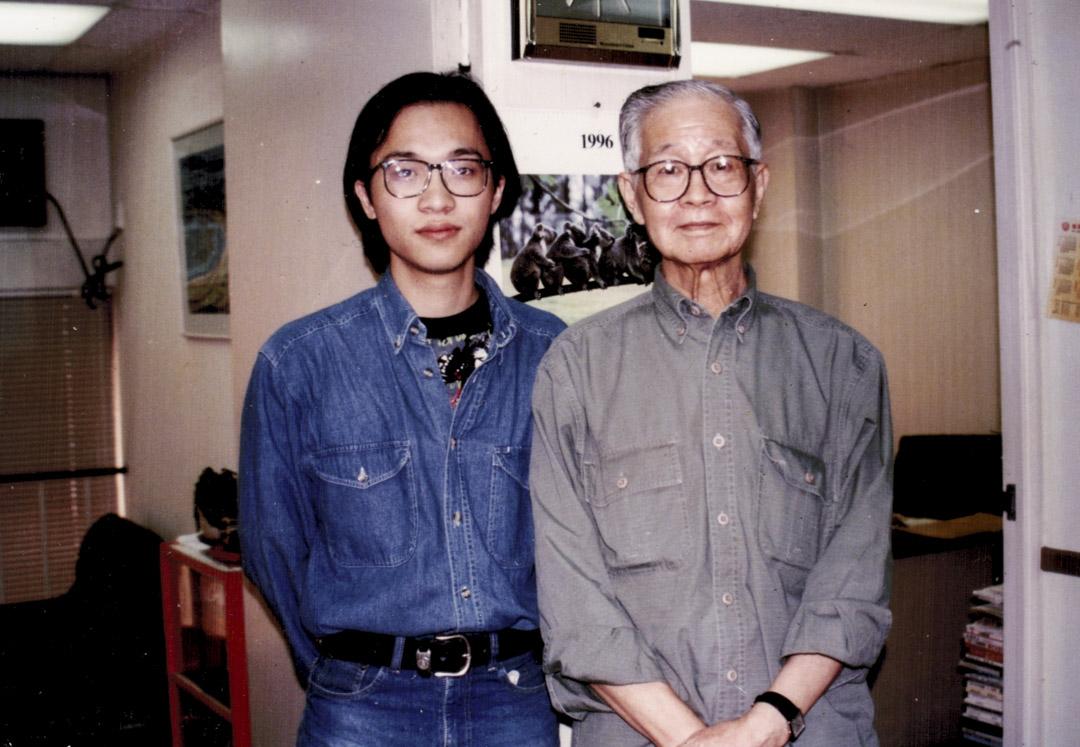 1996年,與劉以鬯攝於香港文學雜誌社。