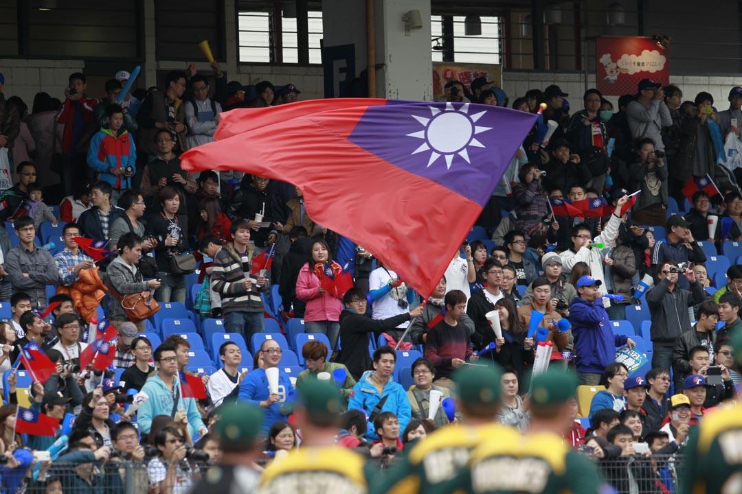 棒球從六、七十年代起,由於少棒隊在國際賽事表現出色,成為國民政府重點發展的體育項目,投注大量的資源。1980年代末,台灣成立了中華職棒聯盟,算是真正有了棒球產業的紮根。圖為2013年3月2日,台中舉行的一場台灣與澳洲舉行的世界棒球精英賽,球迷揮舞台灣國旗。