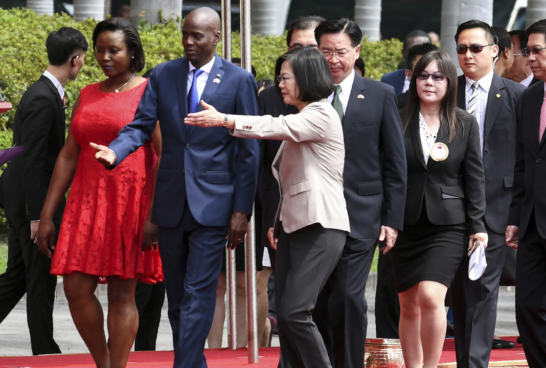 2018年5月29日,在台北總統府前的歡迎儀式上,台灣總統蔡英文歡迎海地總統Jovenel Moise和他的妻子Martine Marie Etienne Joseph到訪。 攝:Sam Yeh/AFP/Getty Images