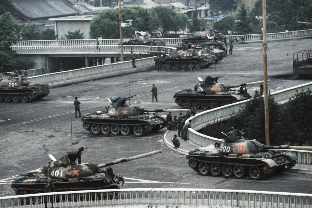 1989年6月4日,解放軍於天安門廣場鎮壓後數小時,坦克在長安大道橋上戒備。