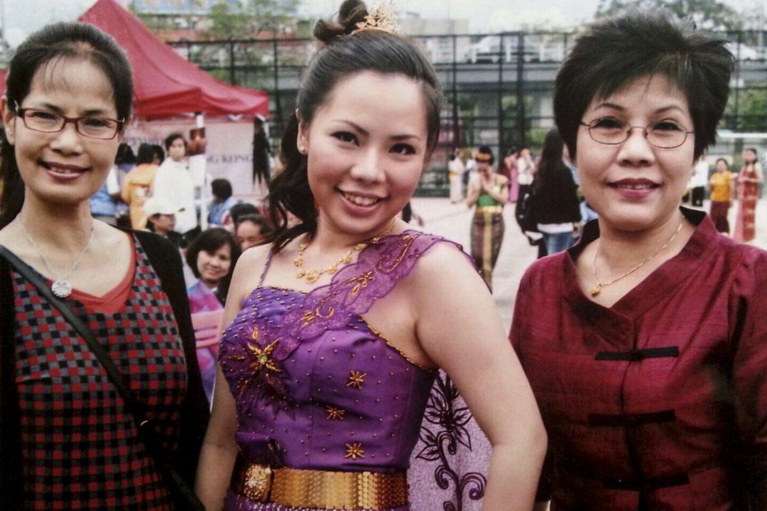 Vita 大學時與媽媽和姨媽在九龍城賈炳達道公園合影。