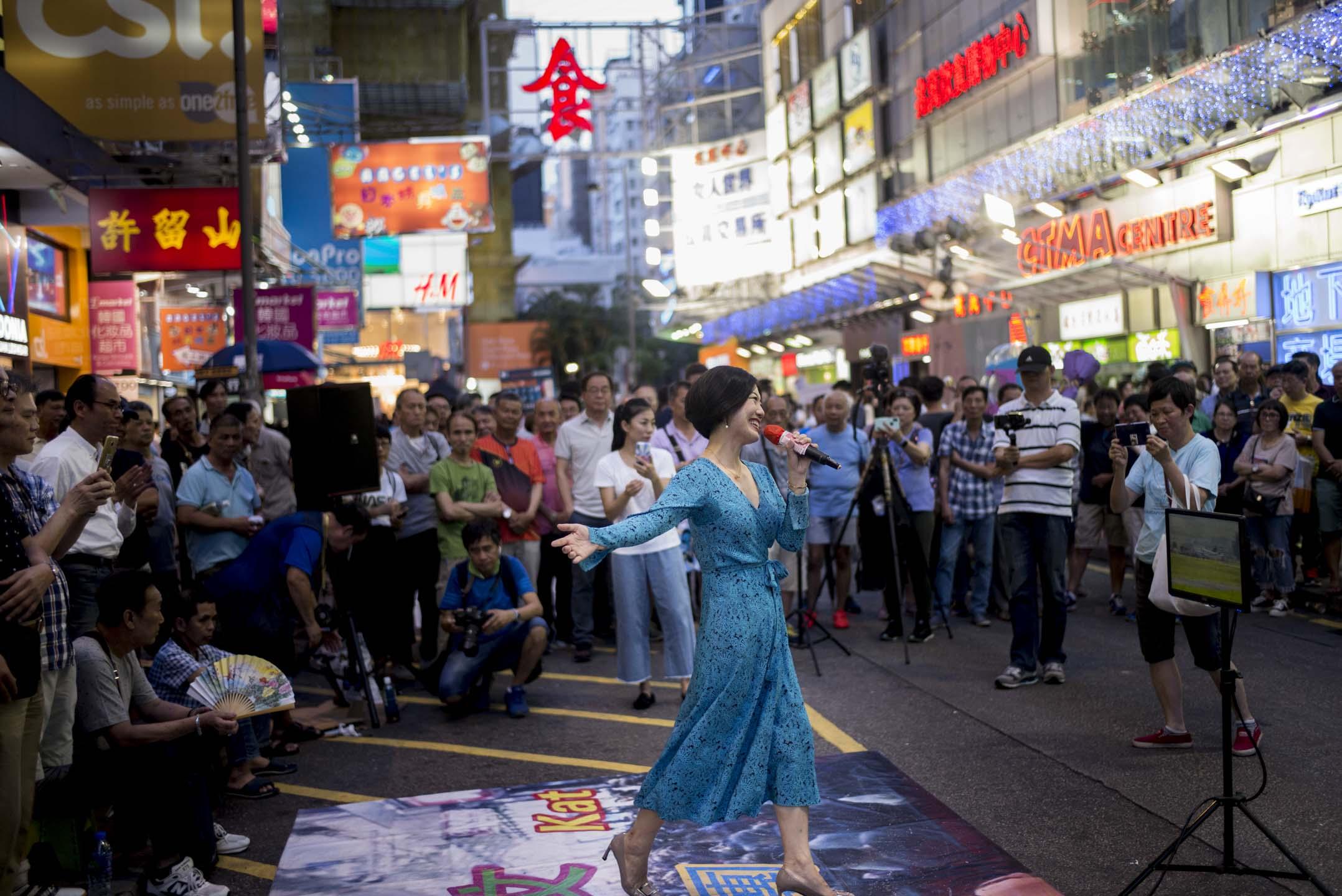 兆萬中心對面的「旺角羅文歌舞團」,數百名粉絲築成了三四層人牆,圍觀「整條街最紅」的歌手小龍女表演。  攝:林振東/端傳媒