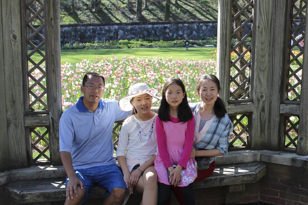 2015年3月,王玲與大女兒終於偷渡成功,一家人在美國團聚。圖為滕彪全家福。