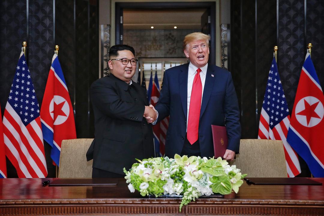 美國總統特朗普與北韓領袖金正恩在會後簽署聯合聲明,確認雙方共同建立新型美朝關係、合作建立長久且穩定的朝鮮半島和平機制等。 攝:Kevin Lim / Getty Images