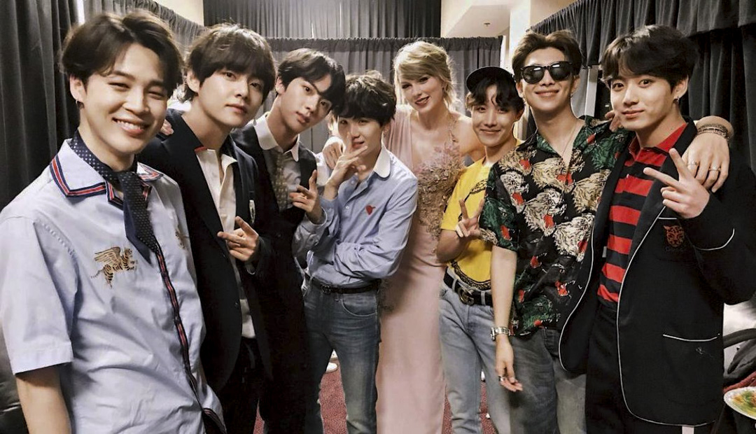 Taylor Swift通過個人IG公開了一張和防彈少年團在「2018 Billboard Music Awards」後台的合照,並寫道:「BTS so great meeting you,You're killing it!!」