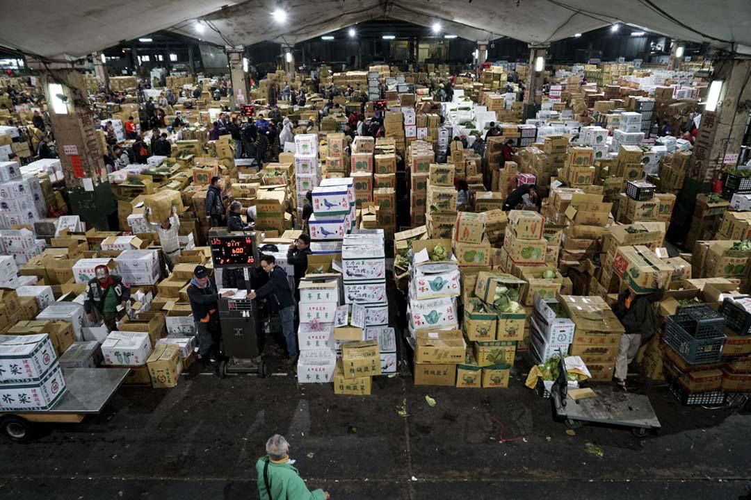 全台最大果菜拍賣市場台北農產運銷公司的拍賣現場。