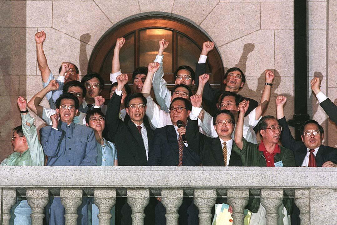 1997年7月1日,吳靄儀與其他民主派議員登上立法局大樓的露台,向民眾誓言「一定會回來」。