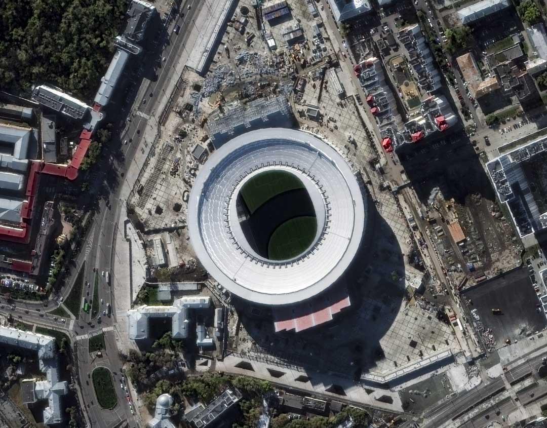 葉卡捷琳堡中央體育場建於上世紀五十年代,本身沒有達到國際足聯「可容納40000人」的硬性要求,為此,俄羅斯人把它的側面看台改成了開放式,至少10000人將坐在體育館外的半空中觀看比賽。