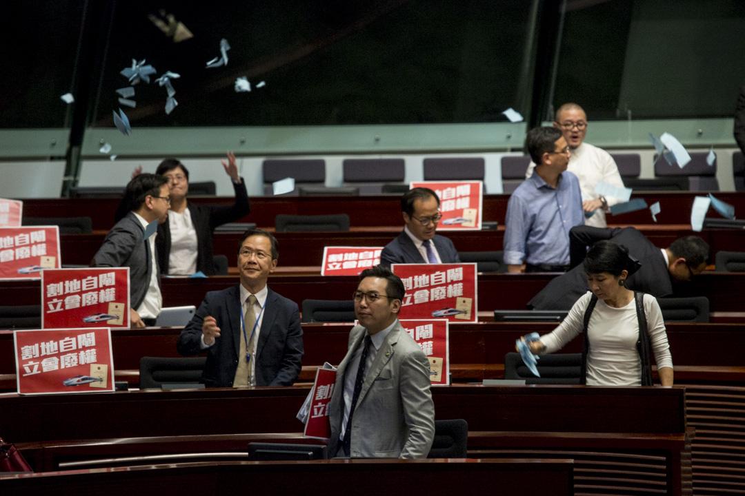 2018年6月14日,香港立法會三讀通過「高鐵一地兩檢條例草案」,泛民派議員表示不滿。 攝:林振東/端傳媒