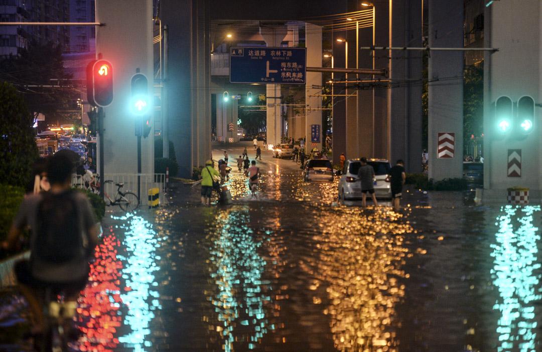 2018年6月8日,廣州受颱風「艾雲尼」影響,雨勢一直不停,廣州不少道路皆被水浸,市民涉水而行。 攝:Imagine China