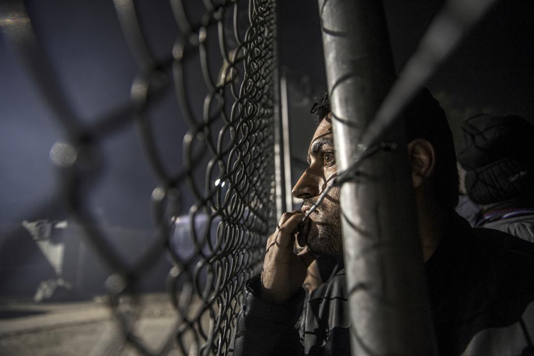 2014年11月,三名敘利亞籍庫德族難民欲借道台灣逃難,但因無法律可適用,遭到台灣移民署遣返。圖為2015年10月30日,數千名來自敘利亞難民於營地等待入境歐洲。 攝:Paula Bronstein/Getty Images