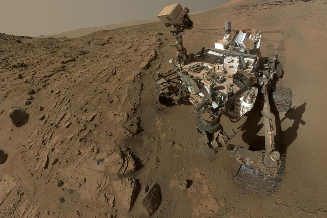 美國太空總署(NASA)探測車「好奇號」(Curiosity)在火星蓋爾撞擊坑(Gale Crater)發現數種有機分子,被視為火星可能存在生命的新證據。圖為 NASA 早年發布「好奇號」在火星上的「自拍照」。 圖片來源:NASA/JPL-Caltech/MSSS via Getty Images