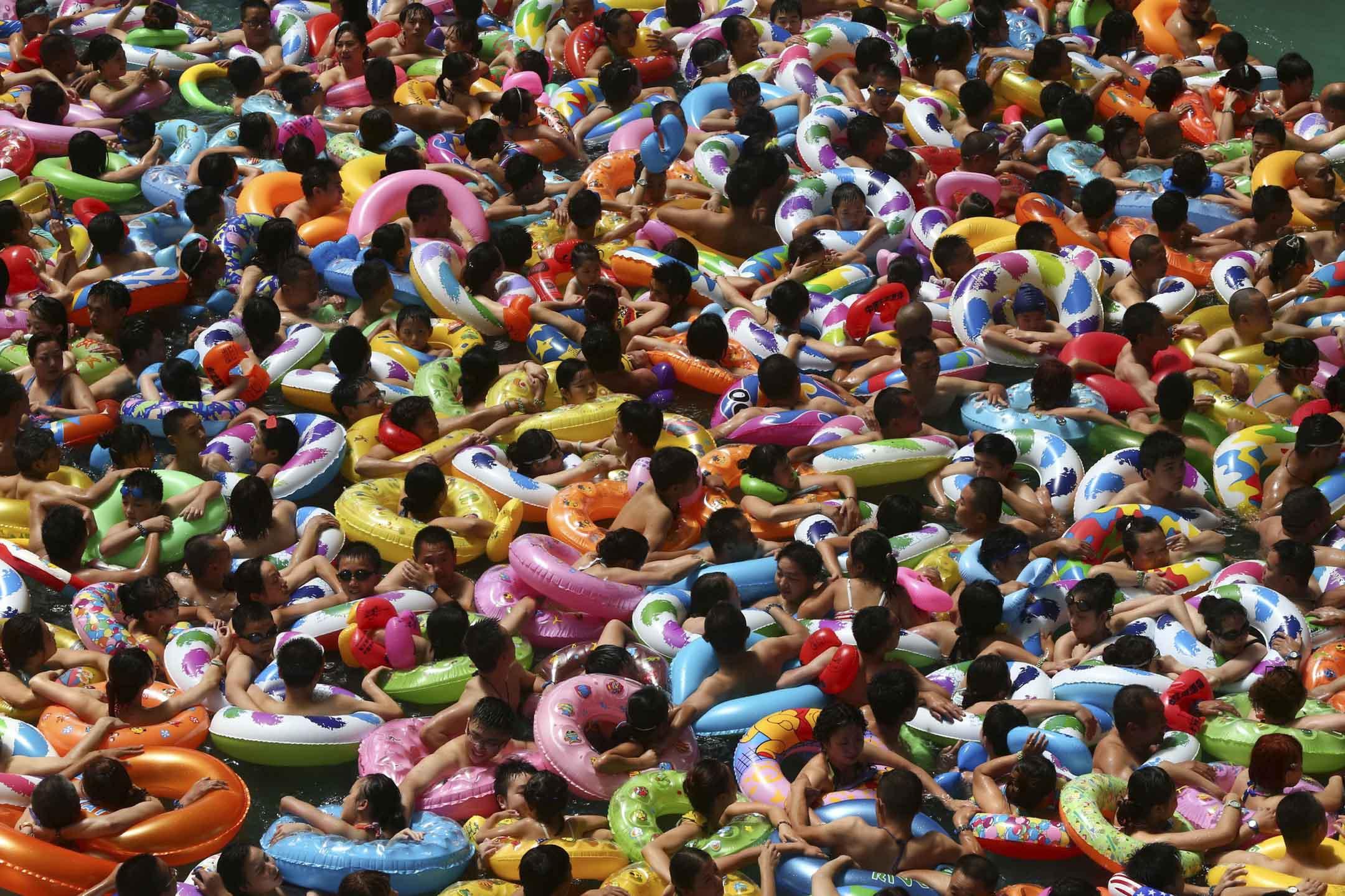 從2017年開始,中國大陸有超過25個城市出台「人才新政」,只要大學本科學歷,便可以落戶,還有城市將門檻降低至專科學歷。遍及全國的「搶人」大戰正酣,幾乎每天都會有奪人眼球的新政策出台,危機與變革的蛛絲馬跡在其中暗藏湧動着。 攝:STR/AFP/Getty Images