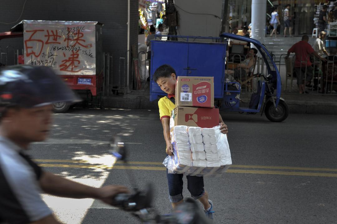 據重慶大學2010年發佈的《山城棒棒軍的生活狀況調研》,重慶當時約有30至40萬「棒棒」,人均月收入在1500到2000元之間。但近十年來,隨著電商的迅速擴張,快遞行業高速增長,電瓶車穿街走巷送快遞,令棒棒軍相形見絀,棒棒軍的生意大幅減少。