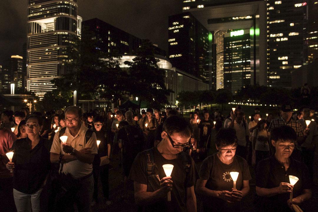 劉曉波逝世一周年追思會在添馬公園舉行,逾400名市民參與,不少人都手持大會派發的白色蠟燭,追思劉曉波。