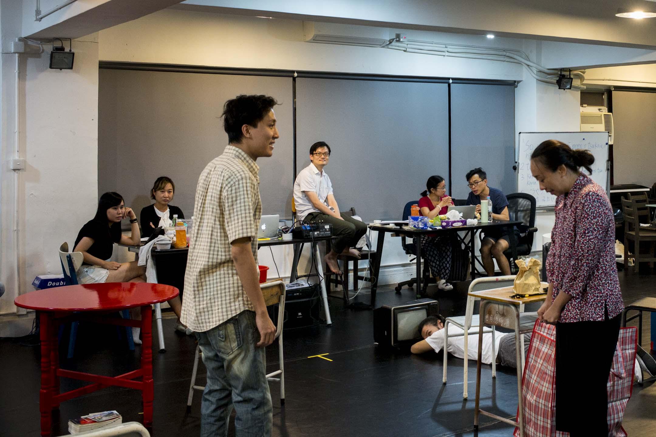 前進進戲劇工作坊的《建豐二年》,改編自香港作家陳冠中的政治寓言小說《建豐二年--新中國烏有史》,編劇和導演都是甄拔濤一人。去年他的英文劇本《未來簡史》獲2016德國柏林藝術節劇本市集(Theatertreffen Stückemarkt)獎,也是首位得此殊榮的華人。 攝:林振東/端傳媒