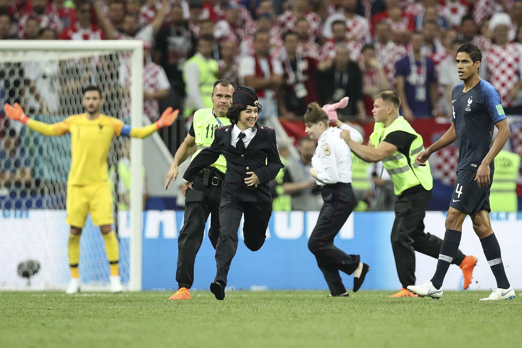 2018年7月15日,世界盃決賽下半場比賽期間,有示威者衝入球場,迫使比賽中斷,反普亭俄羅斯樂隊「Pussy Riot」其後承認責任。 攝:Ian MacNicol/Getty Images