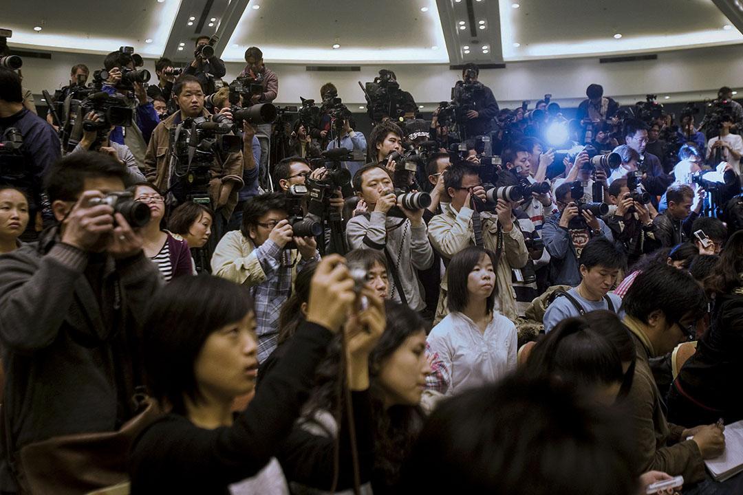 在陳冠希事件的十週年,回顧受害人這種記錄作品,是由內地媒體寫出,而不是由香港媒體或者輿論界自己反省出來,我由衷地感到羞家。 圖為2008年2月21日陳冠希召開記者會。