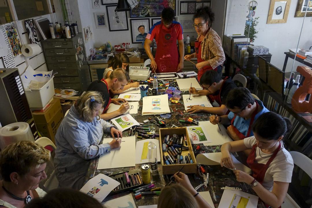 這是創意小組的專用桌子:站在右邊的Inge吩咐好設計的細節後,各人立即埋首工作,之後大家會在旁邊討論,看看今次取納誰人的作品。