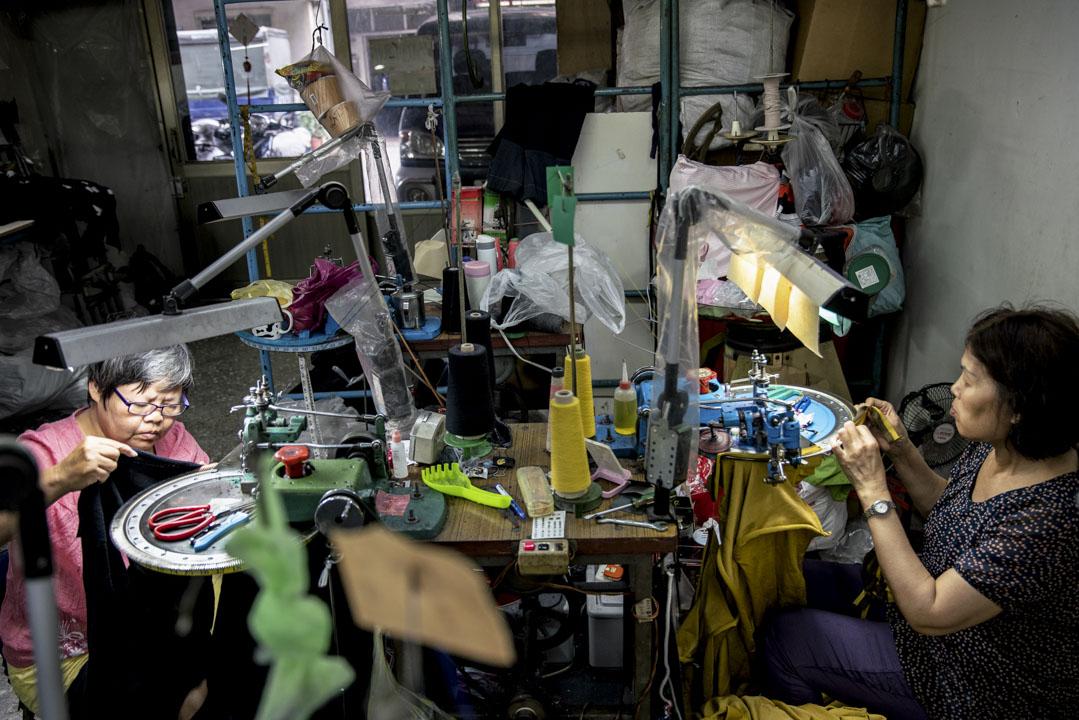 車縫針織毛衣,是一件特別耗費「眼力」的工作。阿姨們必須拉開紗線交錯而成的網目,按照順序逐一掛入密集排列的短針之上,才能啟動機器進行縫合。