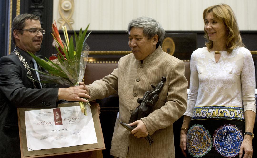 2014年10月22日,閻連科在捷克首都布拉格被授予弗朗茨—卡夫卡文學獎,成為獲得該獎項的首位中國作家。