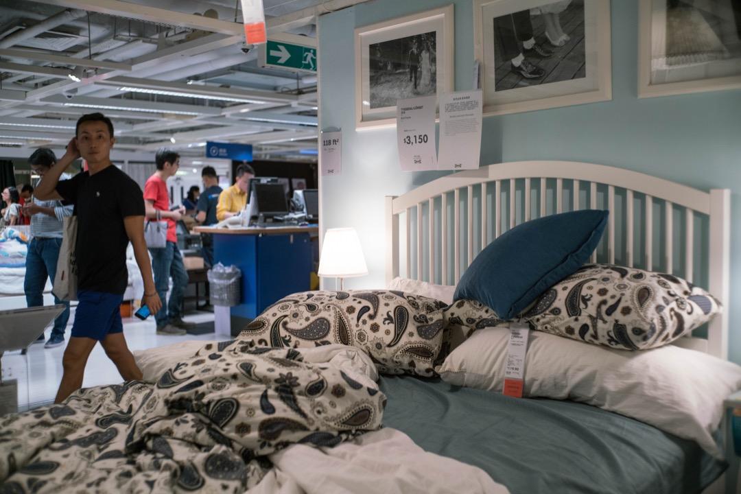 香港4位青年在一家宜家分店藏匿留宿成功並分享境況至Instagram,是過分的惡作劇,還是有趣的人生體驗? 攝:Stanley Leung/端傳媒