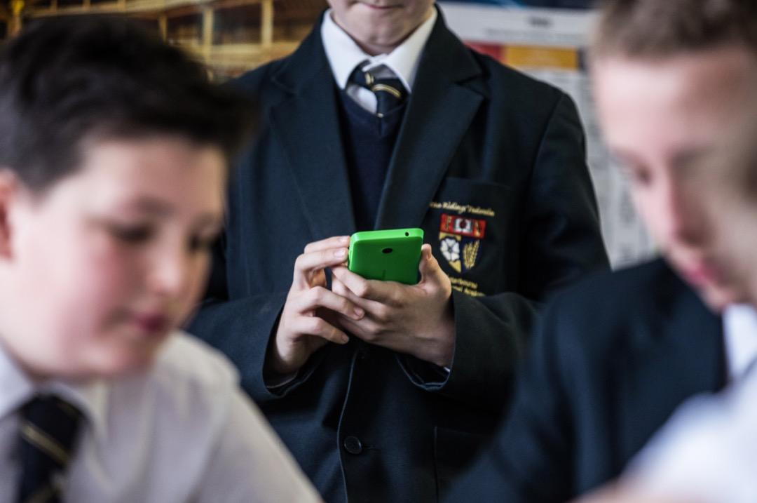 法國通過法案禁止初中以下學童攜帶手機入校,這樣合適嗎? 攝:Fred Dufour/AFP/Getty Images