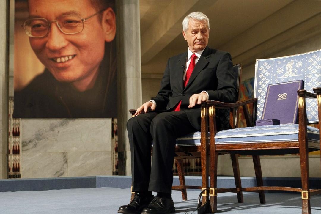 圖為2010年12月10日諾貝爾和平獎頒奬典禮上,時任諾貝爾奬委員會主席 Thorbjoern Jagland 凝視因劉曉波無法親身領奬而遺下的一張空櫈。 攝:Heiko Junge / AFP / Getty Images