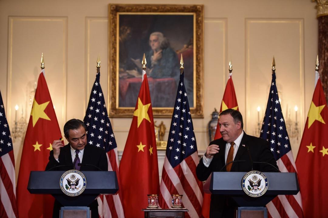 「中美關係何時才能回到以前的狀態?」這是我最近常常被問到的一個問題。答案很簡單:「回不去。即使特朗普(川普)明天下台,也回不去。」圖為中國外交部部長王毅到訪美國時與美國國務卿龐佩奧一同見記者。 攝:Brendan Smialowski/AFP/Getty Images