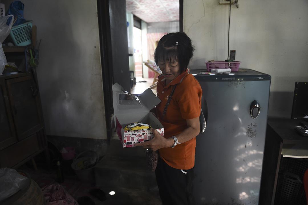 7月4日,其中一名被困於洞穴的少年 Pheeraphat Sompiengjai 的生日即將來臨,他的阿姨展示一個原本為他準備的卡通人物造型蛋糕。