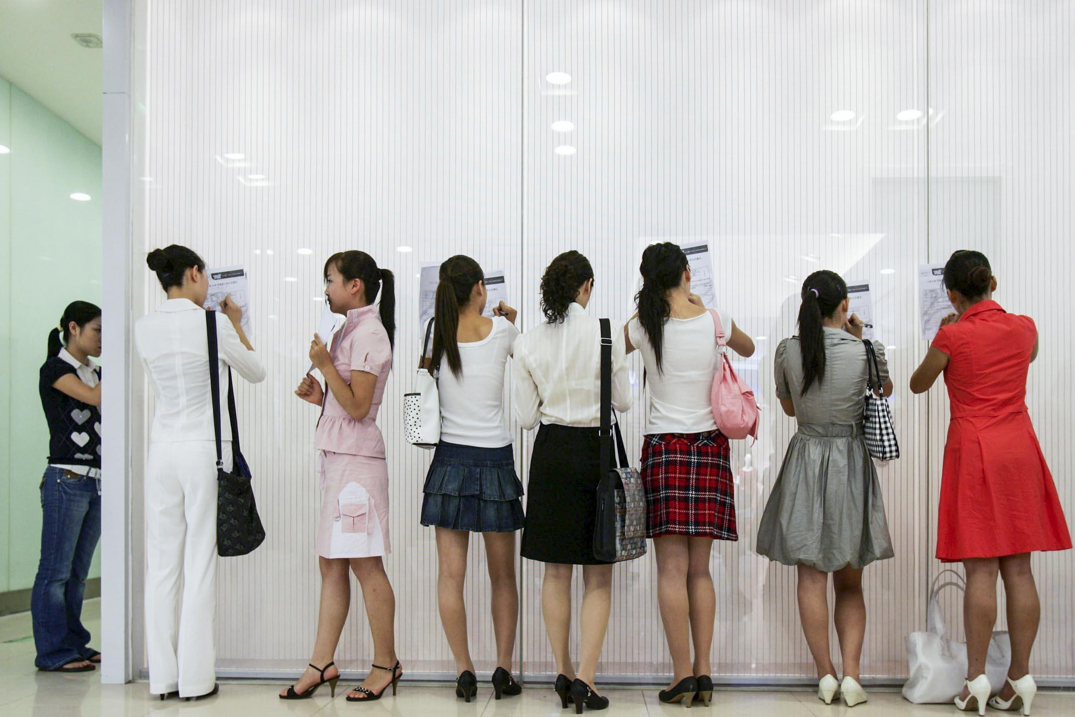 在中國大陸的職場環境裏,對女性的歧視一直是個半公開的「慣例」。其中企業拒絕招聘女性的理由,就是擔心她們會在入職後生孩子影響工作。 攝: China Photos/Getty Images