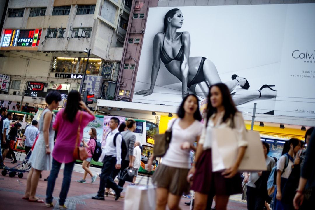 覃里雯:鋪天蓋地的化粧品和美容廣告,把女性的每一寸身體都放大,它們告訴女性:你是個充滿缺陷的貨物,需要修補,讓你充滿自卑。