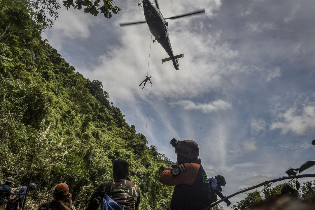 6月30日,泰國空軍人員乘直升機到達洞穴附近森林中的一塊空地,有望可透過從頂挖掘的方式救出被困洞穴的少年足球隊。
