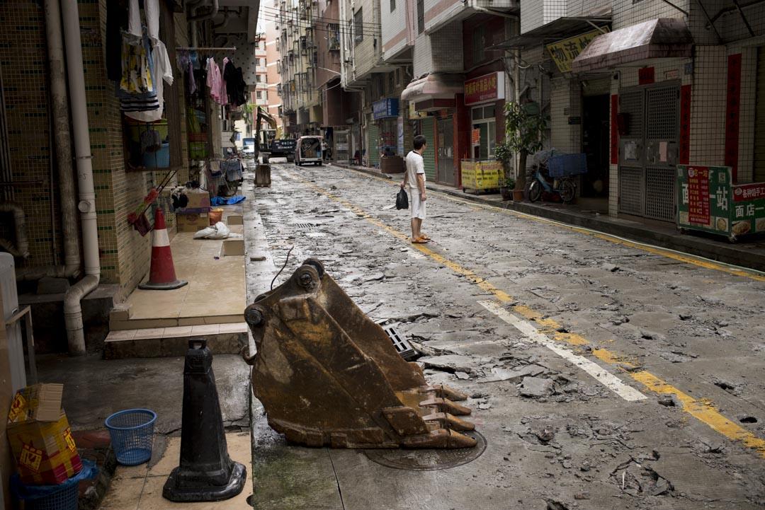 崗頭新圍仔村,不是想像中「髒亂差」的城中村。相反,這裏的村民自建房建設年代很新,整個城中村規劃得方正有序,街道寬敞乾淨。圖為新圍仔村工程進行中。