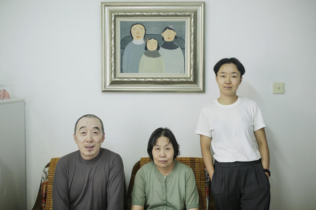 屋大瑋和蔡阿紅夫婦是「50後」,他們住在天津,退休之後不會玩微信、不會跳「廣場舞」,便宅在家裏做泥塑解悶。圖為屋大瑋、蔡阿紅和他們的女兒王一韋的合照。 攝:尹夕遠/端傳媒