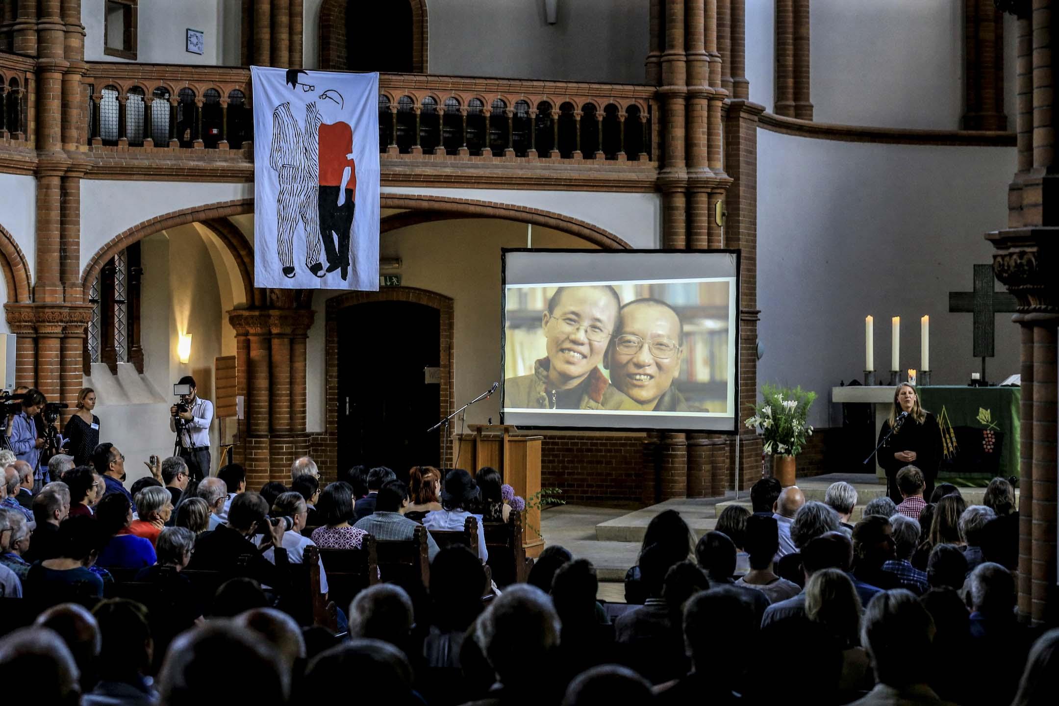 德國時間7月13日下午6時,在德國柏林客西馬尼教堂(Gethsemanekirche),舉行劉曉波逝世一週年追思會,這座能容納近五百人的教堂幾乎座無虛席。 攝:Abdulhamid Hosbas/Anadolu Agency/Getty Images