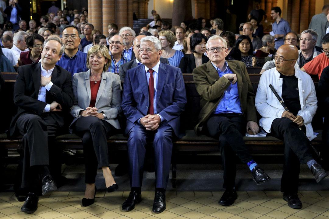 德國前總統高克(中),美國作家張彥, 詩人廖亦武出席柏林客西馬尼教堂的追思會。