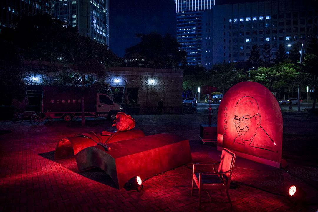 吾爾開希創辦的「劉曉波之友」,在台北市政府外的市民廣場公園,豎立一尊寫有劉曉波對世界的理想和期待的紀念雕塑。