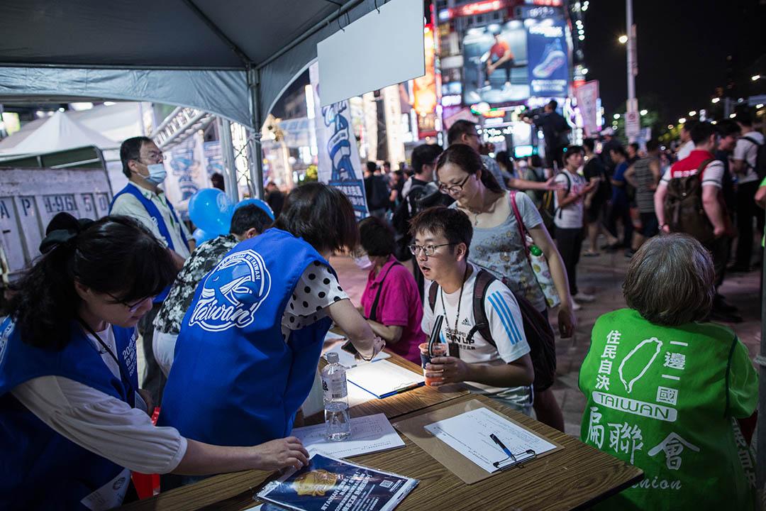 2018年7月29日,台北西門, 2020東京奧運臺灣正名行動聯盟呼籲連署,支持以「台灣」之名參加2020年日本東京奧運。 攝:陳焯煇/端傳媒
