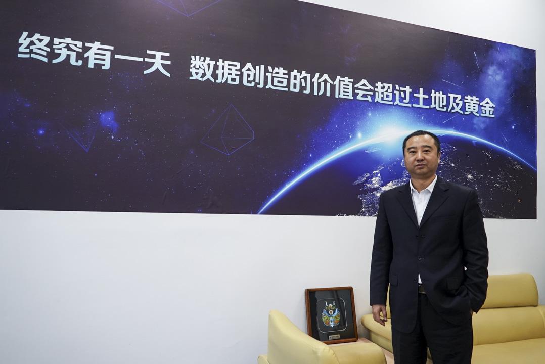 貴陽大數據交易所副總裁朱國輝,2015年加入貴交所,辦公室墻上掛著一幅以太空為背景的標語——我們堅信:終有一天,數據價值將超過土地價值!