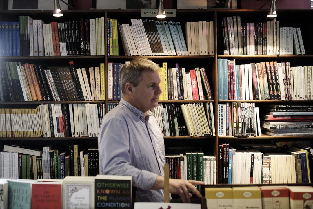 2007年,Peter覺得北京這個城市裏缺少一個能夠讀到很多英文書的地方,於是就動用自己這幾年的所有資源,建立了「老書蟲」。